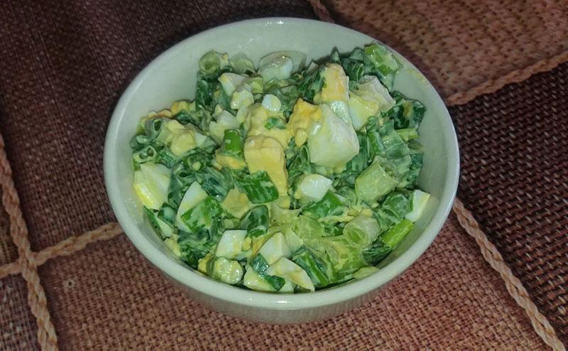 Приготовление вкусного салата из зеленого лука с вареным яйцом